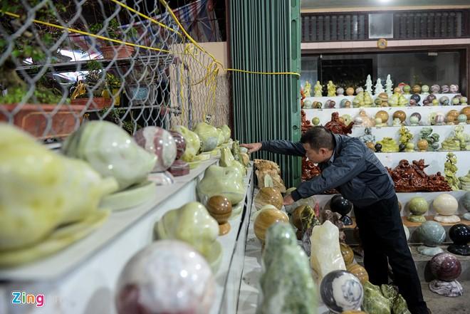 Đá ngọc, đá màu, đá cảnh được anh Sơn mang từ Văn Chấn (Yên Bái) đến bày bán tại chợ Viềng (Nam Định). Gian hàng của anh Sơn là nơi duy nhất ở chợ phục vụ loại hàng này.