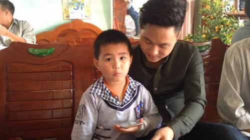 Cậu bé Nguyễn Văn Chương (5 tuổi) đọc không vấp váp từng chữ và số trên báo điện tử
