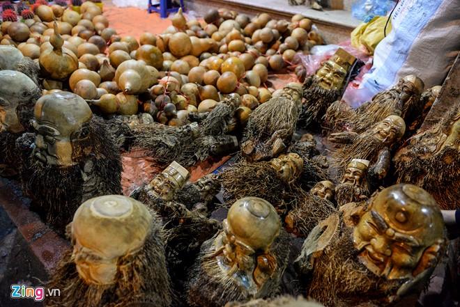 Anh Kết (Hà Nội) bày bán tại chợ các gốc tre có hình thù tự khắc như ông Phúc, Lộc, Thọ... hay những nhân vật như Quan Công, Hải Thượng Lãn Ông, Khổng Minh, Sư Tổ Đạt Ma…