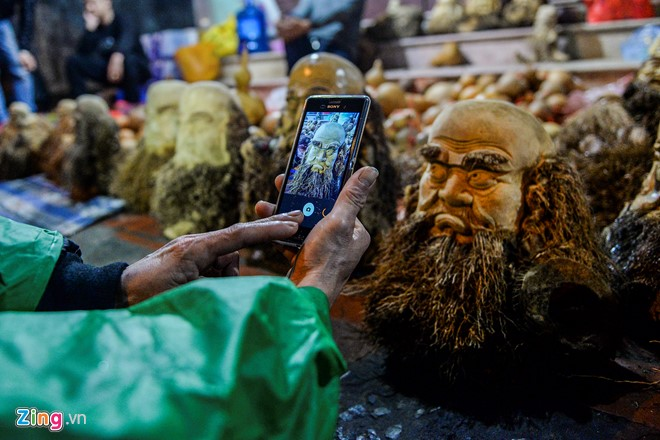 """Năm nay là năm thứ ba anh Kết bán hàng tại chợ Viềng. """"Chủ yếu khách thấy lạ nên ghé vào chụp hình, khách mua không nhiều bằng năm ngoái"""", anh nói."""