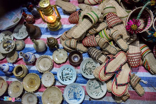 Những chiếc đĩa, bình cổ được bày bán lẫn với dép đan bằng cói. Anh Điệp (Ninh Bình) cho biết mỗi mùa hội anh bán từ mùng 6 Tết. Trừ các chi phí, anh cũng cũng lời được khoảng 3 triệu đồng.
