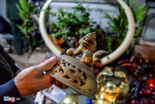 """Tại gian hàng bán đồ cổ của anh Lâm Nhất Phương (Đồng Sâm, Thái Bình), bộ Tam sự được quảng cáo có nguồn gốc từ đời Nguyễn trị giá 80 triệu đồng. """"Tôi bày bộ này cho khách ghé xem chứ không có ý định bán"""", anh chia sẻ."""