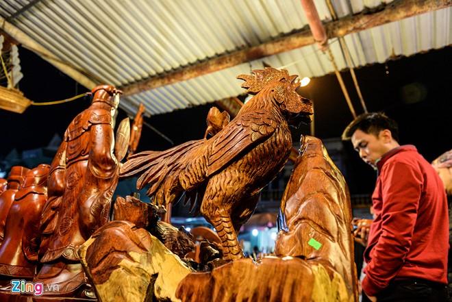 Chú gà trống được chạm khắc từ gỗ hương có giá 10 triệu đồng.