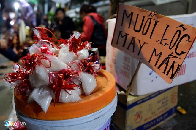 Bên cạnh đó, muối lộc cũng được bày bán với giá 5.000 đồng/túi, rẻ hơn một nửa so với mua ở Hà Nội ngày mùng 1 Tết.