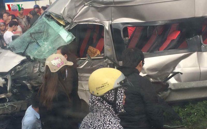 Khoảng 15h30, sau khi đi lễ đền Trần (TP Nam Định), xe 16 chỗ chở đoàn khách từ Yên Bái tiếp tục đến lễ ở Phủ Giầy (Vụ Bản, Nam Định)