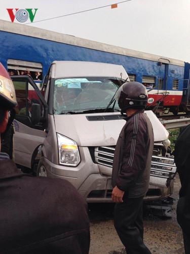 Đầu xe móp méo, kính vỡ bắn tung tóe, tài xế chết kẹt trên cabin