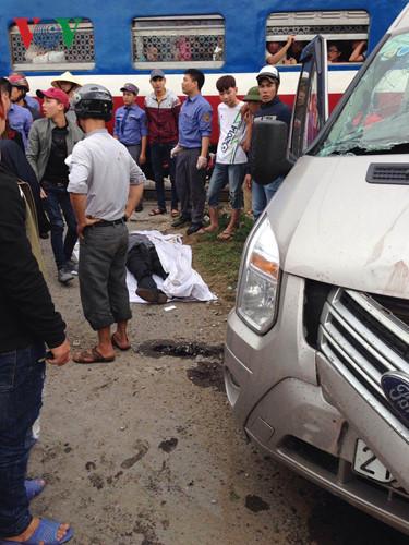 Ô tô gặp nạn đã được kéo ra khỏi hiện trường, các đoàn tàu lưu thông bình thường