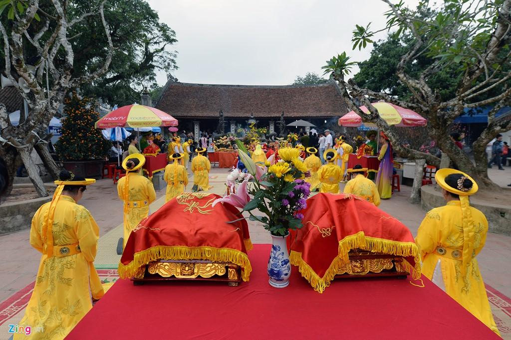 Chiều 4/2, đoàn tế lễ của phường Lộc Vượng, TP Nam Định, long trọng bái yết hàng giờ tại sân gian Thiên Trường.
