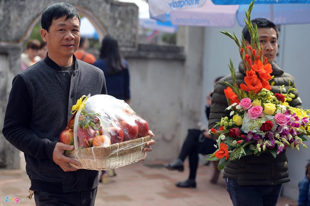 Hàng năm không chỉ dịp lễ Tết, vào ngày cuối tuần Đền Trần luôn có nhiều du khách đến lễ, mang theo những mâm hoa quả, bánh kẹo một cách thành tâm.