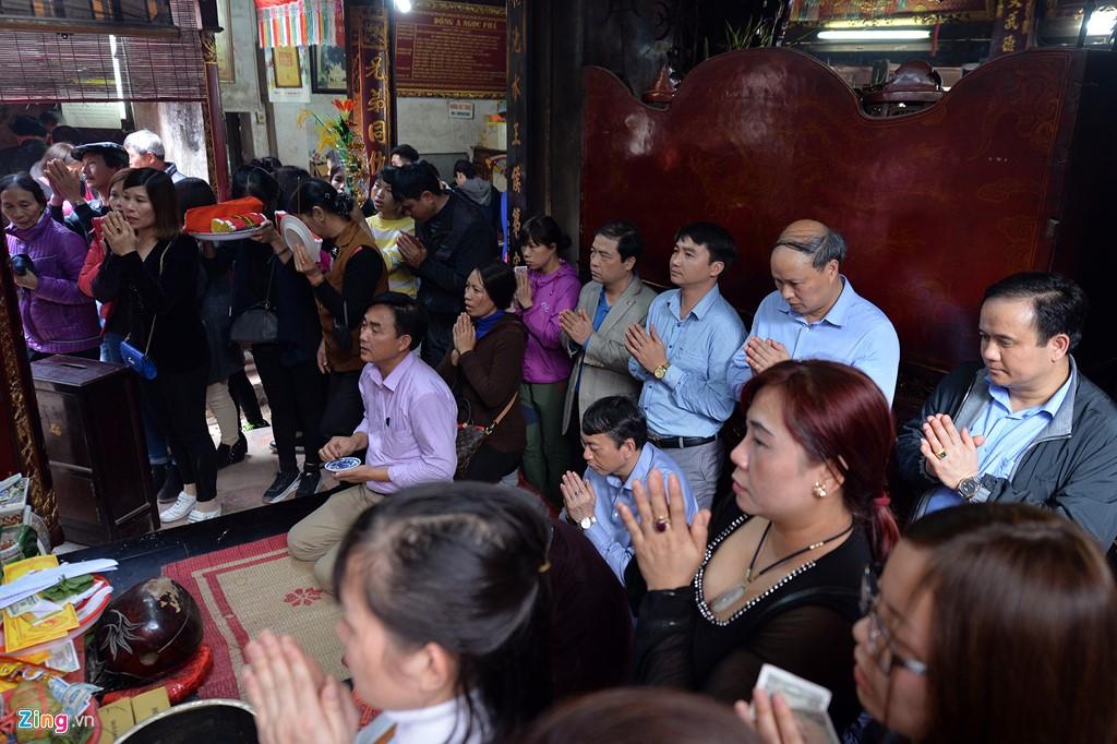 Với người dân Hà Nội và các tỉnh lân cận, đầu năm đi lễ Đền Trần đã trở thành thói quen của không ít gia đình. Họ vào đền thắp nhang cầu xin cho các thành viên trong nhà một năm mới bình an, con cái học hành tấn tới.
