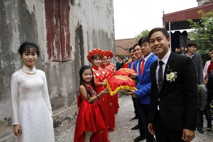 Theo phong tục cưới hỏi truyền thống ở Việt Nam, đội bưng tráp, đỡ tráp thường là những nam thanh, nữ tú chưa lập gia đình. Ảnh nhân vật cung cấp.