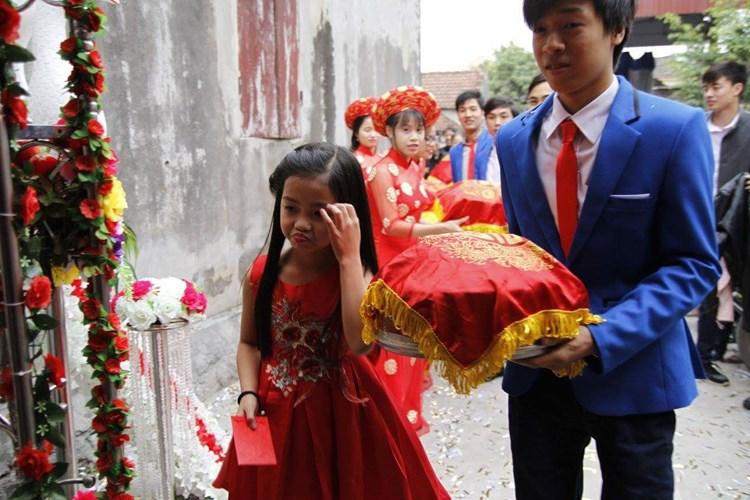 Khác với những hình ảnh thông thường đó, mới đây, những bức ảnh chụp một cô bé xinh xắn có mặt trong đội bê đỡ tráp ăn hỏi của cô dâu chú rể trong ngày trọng đại khiến cộng đồng mạng Việt không khỏi xôn xao và tò mò.