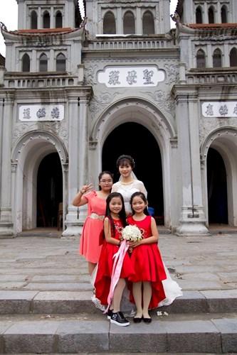 Liên hệ với cô dâu trẻ trong bức ảnh gây bão, cô cho biết mình tên là Nguyễn Phương, sinh năm 1994 tại Nam Định. Cô bé tham gia đỡ tráp trong đám hỏi hôm đó chính là em gái ruột của Phương, cô út năm nay mới có 8 tuổi.