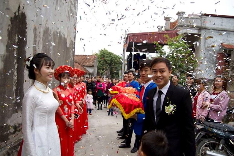 Trước những lời bàn tán xôn xao quanh hình ảnh của cô bé đỡ tráp, cô gái quê Nam Định cho biết đây hoàn toàn không phải là phong tục cưới hỏi ở quê Phương, mà đằng sau đó là một câu chuyện khác.