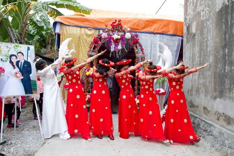 """Đội hình đông đủ của dàn nữ bê tráp chụp ảnh """"siêu quậy"""" cùng cô dâu."""