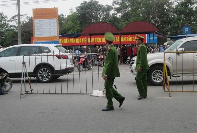 Lực lượng chức năng phân luồng giao thông tại lễ hội Đền Trần ...