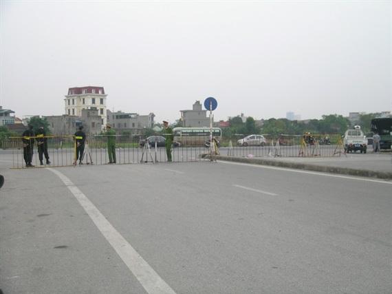 CSGT phân luồng giao thông tại quốc lộ đường 10 .