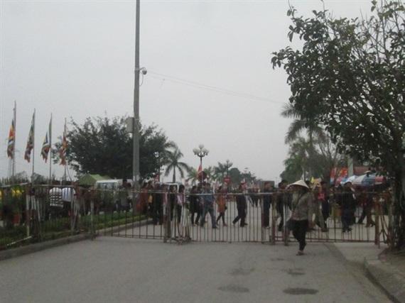 [Ảnh]: Dựng hàng rào sắt, thắt chặt an ninh trước giờ Khai ấn .