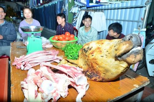 Thịt bò, thịt bê cũng là những mặt hàng được bày bán phổ biến tại chợ Viềng.