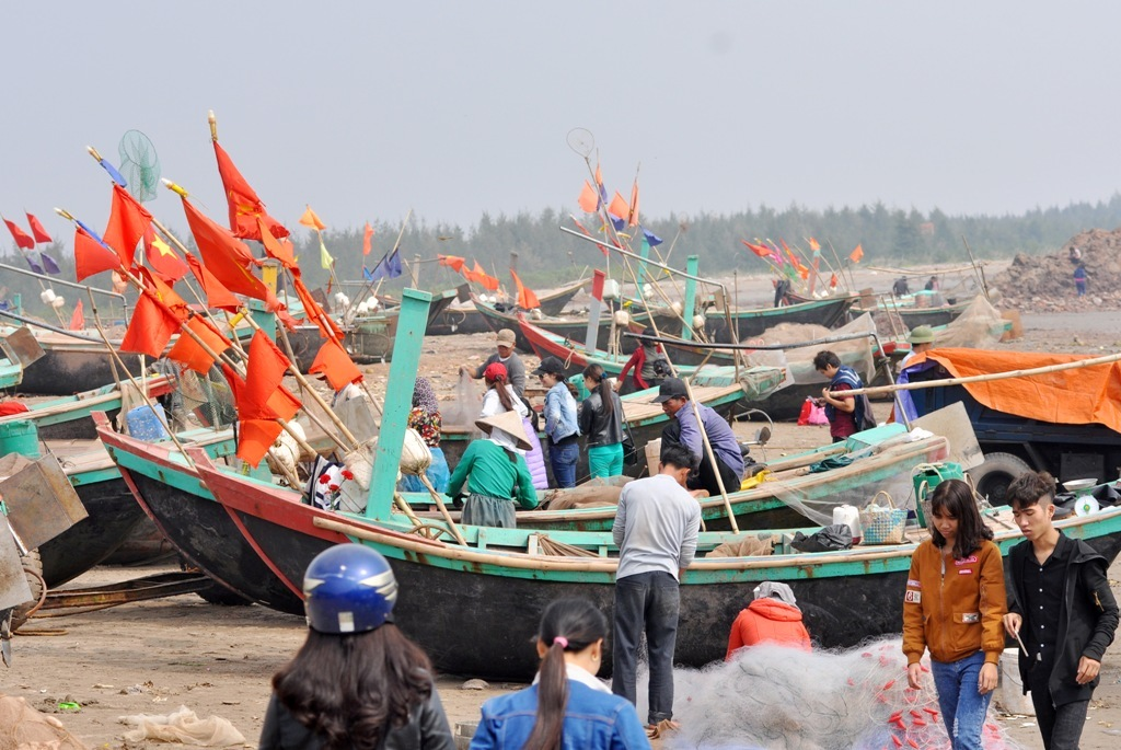 Trong những ngày Tết Âm lịch, làng chài Xương Điền thuộc địa phận xã Hải Lý (Hải Hậu, Nam Định) đã nhộn nhịp tấp nập bởi cảnh đánh bắt ngoài khơi của ngư dân và khách du lịch về đây thăm quan, vui Xuân.