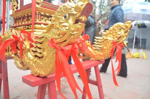 Phía trước kiệu là hình hai con rồng được buộc nơ màu đỏ