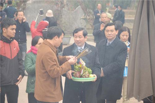Sáng 10/2, nhiều người dân, du khách chuẩn bị đồ lễ đến dâng hương, cầu bình an, sức khỏe cho gia đình.