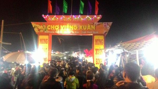 Hội Chợ Viềng (Nam Định) là phiên chợ đặc biệt nên thu hút rất đông du khách và nhân dân khắp nơi về tham quan và mua sắm. Ảnh: Hòa Nguyễn