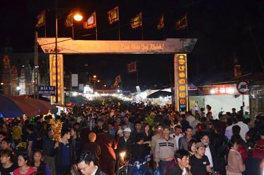 Nhiều người đến lễ hội ở chợ Viềng để cầu may. Ảnh Internet.