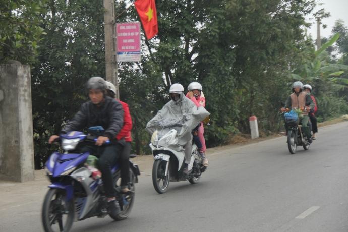 Người dân mặc áo mưa đi hội chợ Viềng chiều ngày 3/2 (tức mùng 7 Âm lịch 2017)