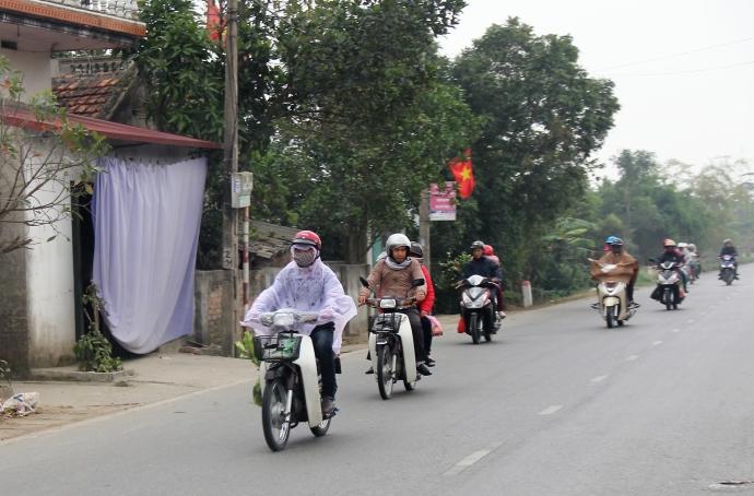 Dù chưa chính thức khai hội, nhưng hàng ngàn du khách từ khắp nơi đã đổ về chợ Viềng để tham quan và mua sắm