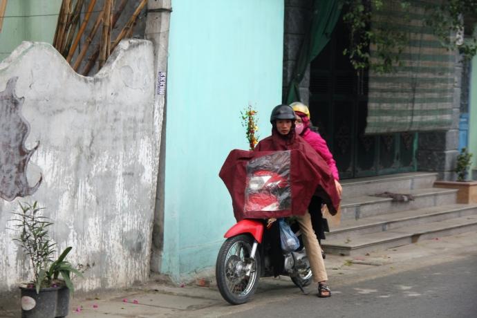 Cơn mưa nặng hạt khiến nhiều người phải dừng lại trú ven đường