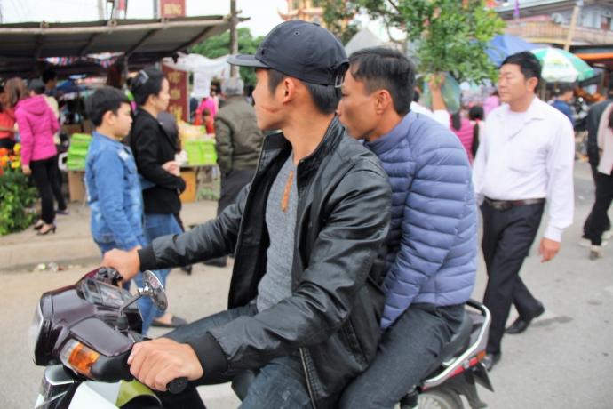 Tình trạng người dân tham gia giao thông tại các tuyến đường vào chợ Viềng không đội mũ bảo hiểm diễn ra khá phổ biến
