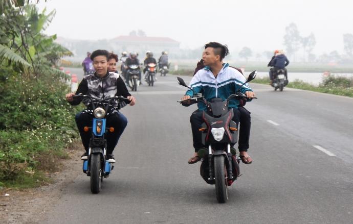 """Nhiều thanh niên điều khiển xe máy điện vô tư để """"đầu trần đội mưa"""" tiến về hội chợ Viềng"""
