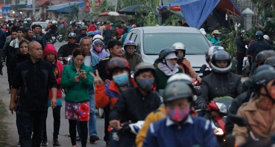 Nhiều du khách phải đi bộ gần 7km  từ quốc lộ 10 vào chợ