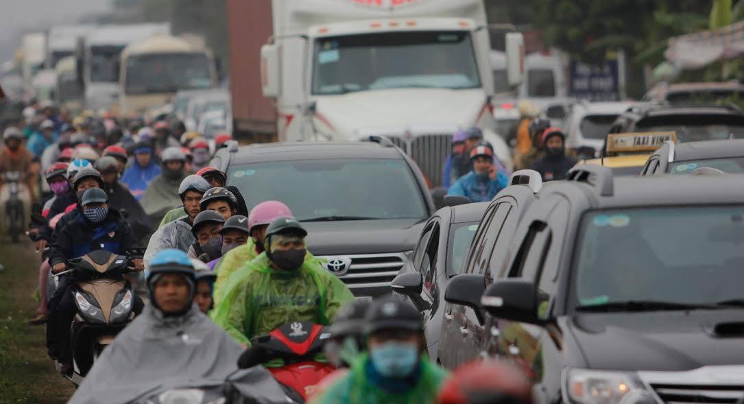 16h30, quốc lộ 10 và các tuyến đường nhánh vào khu vực diễn ra hội chợ đã đông nghẹt.