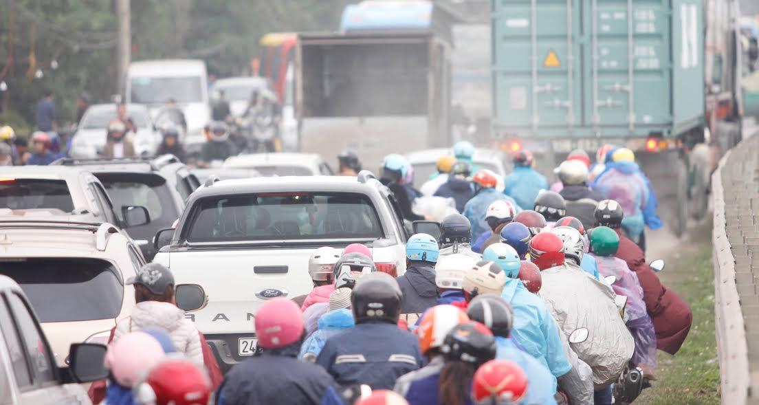 Chiều nay, lượng lớn phương tiện cũng như hàng chục nghìn lượt du khách nườm nượp đổ về khiến cho tuyến đường Quốc lộ 10, đoạn đi qua thị trấn Gôi tắc nghẽn.
