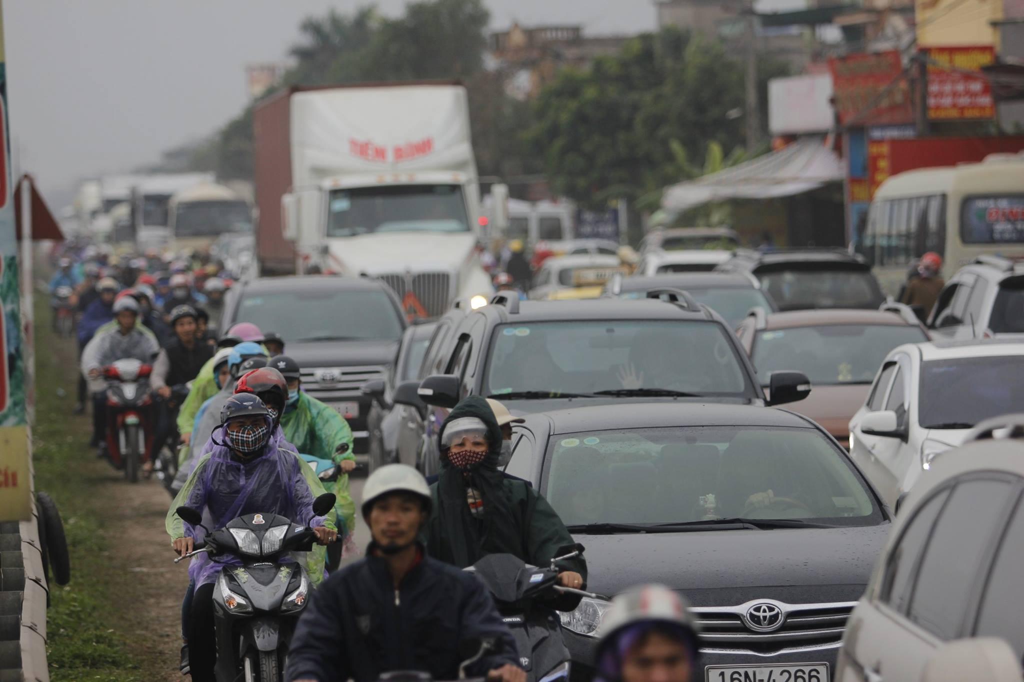 """""""Trong dịp hội chợ, tuyến đường 10 đi qua thị trấn Gôi luôn là tuyến đường """"nóng"""" nhiều chốt giao thông kết hợp với lực lượng CSGT, Công an huyện duy trì phân luồng giao thông, đảm bảo cho các phương tiện giao thông lưu thông thông suốt"""", Lãnh đạo Phòng CSGT tỉnh Nam Định cho biết thêm."""