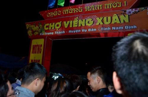 Chợ Viềng (Trung Thành, Vụ Bản, Nam Định) mỗi năm chỉ họp một phiên duy nhất, kéo dài từ nửa đêm mồng 7 đến sáng mồng 8 tháng Giêng.