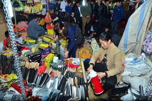 Sản phẩm được mua bán ở chợ chủ yếu là cây trồng để lấy gỗ, cây hoa cây cảnh, các loại cây ăn quả, thậm chí cả cây cà, cây chanh, cây ớt. Và sau nữa là đến các vật dụng sản xuất nhỏ của nhà nông.