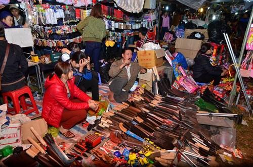 Ở chợ Viềng có tục người bán không hề nói thách và người mua cũng không hề mặc cả. Người ta chỉ cần bán hoặc mua được một vật gì đó dù rất nhỏ thì người bán kẻ mua đều gặp nhiều may mắn tốt lành.