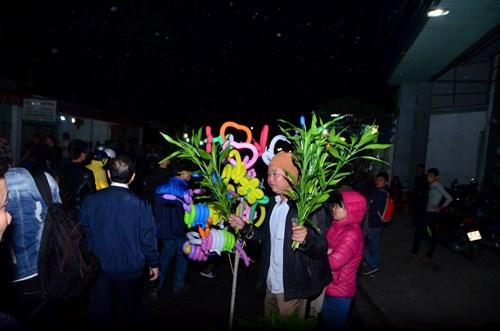 Chợ Viềng rậm rịch họp từ 11, 12 giờ đêm mồng 7 cho đến hết ngày mồng 8 tháng Giêng. Nhiều người ở xa đã tranh thủ đi chợ từ sớm.