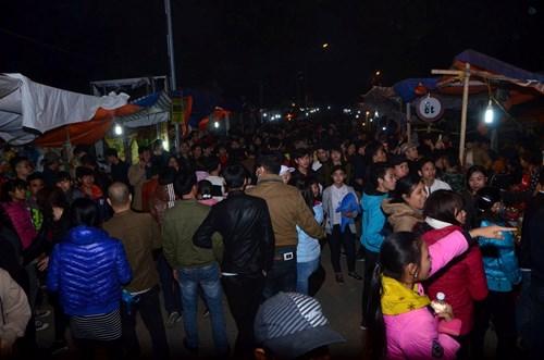 Dù thời tiết lạnh và mưa phùn nhưng dòng người vẫn ùn ùn đổ về chợ Viềng.