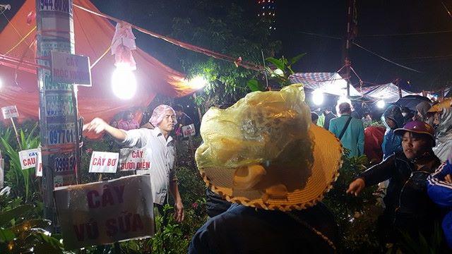 Mua bán trong chợ dưới mưa
