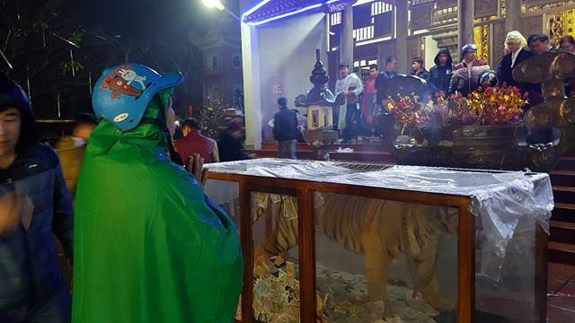 Du khách đến chợ Viềng cầu mong mọi điều bình an đến với gia đình trong năm mới. Ảnh chụp tại chùa Thiên Hương