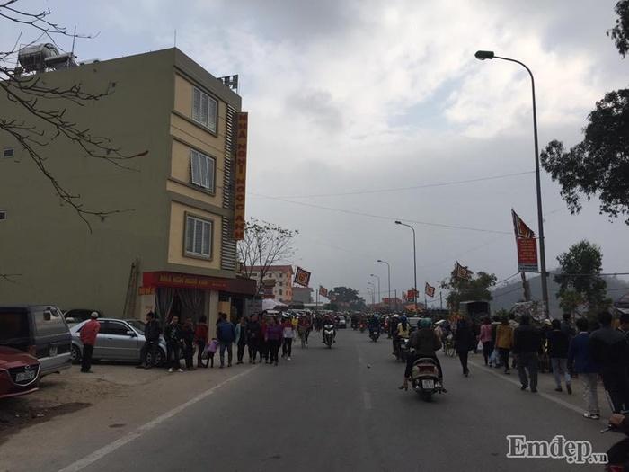 Ngay từ 7-8h tối qua, lượng người đổ về chợ Viềng đã đông đúc.