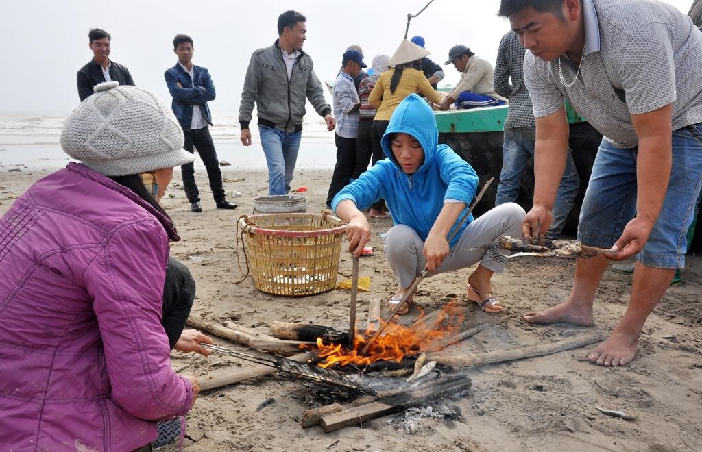 Nhiều người còn đốt củi, thưởng thức luôn vị cá tươi ngon.