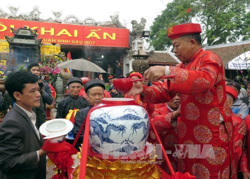Lấy nước tế lễ. Ảnh: Nguyễn Lành/TTXVN