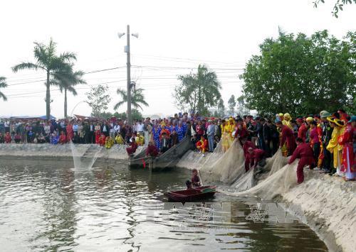 Đánh bắt cá để tế lễ. Ảnh: Nguyễn Lành/TTXVN