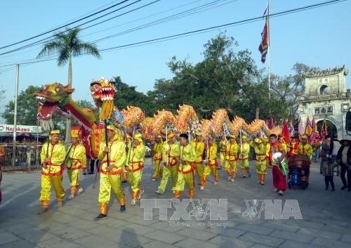 Đoàn múa rồng trong lễ rước nước, tế cá. Ảnh: Nguyễn Lành/TTXVN