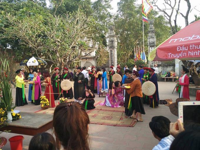 Các hoạt động biểu diễn văn hóa, văn nghệ đang diễn ra tại đền Trần.